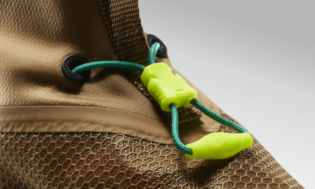 The quick pull lacing system won't clog up with mud, won't absorb water, and makes for lightning fast adjustments.